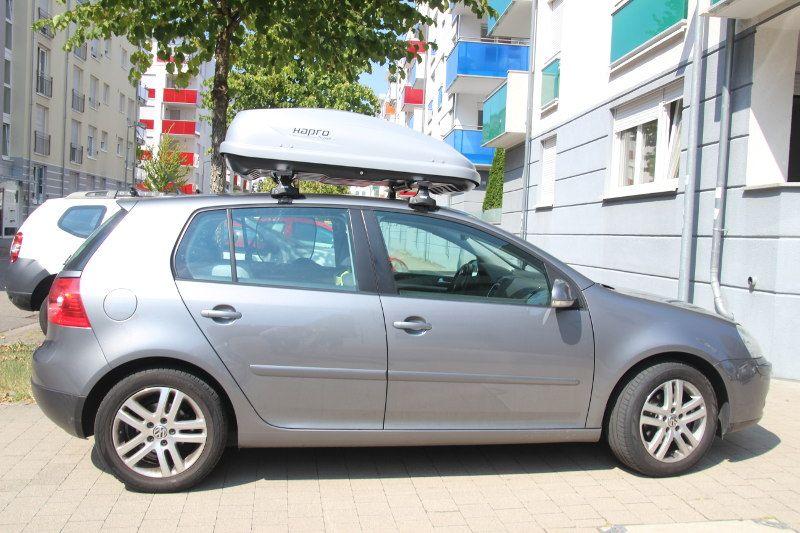 Dachbox und Dachträger von Thule auf einem Volkswagen Golf in Karlsruhe