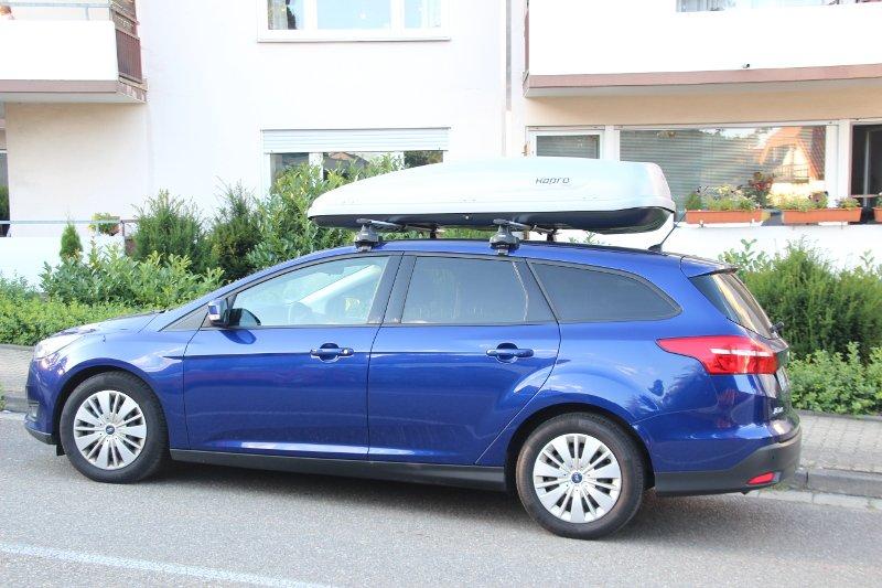 Dachbox und Dachträger von THULE auf einem Ford Focus Kombi in Neustadt an der Weinstraße